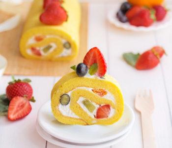 japanese fruit roll cake rotolo alla frutta con panna