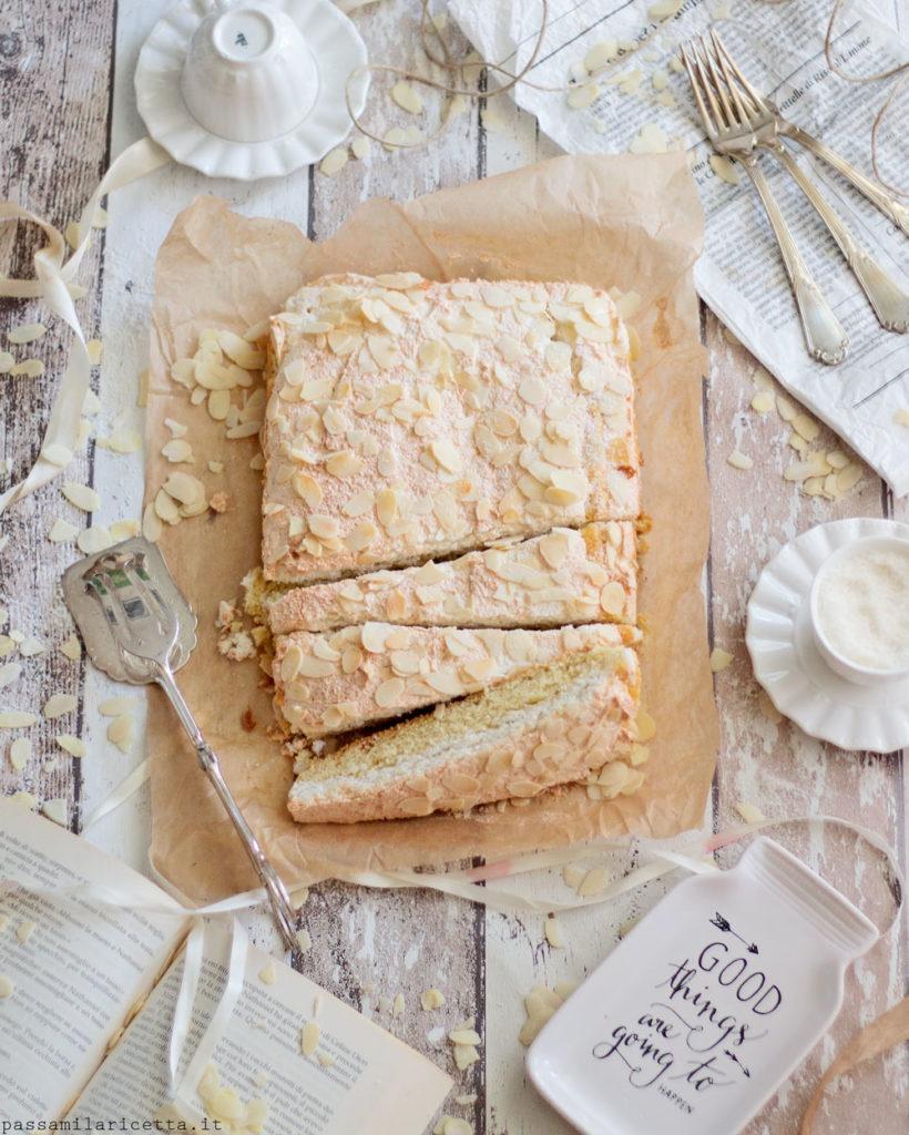 coconut meringue slices torta con meringa al cocco