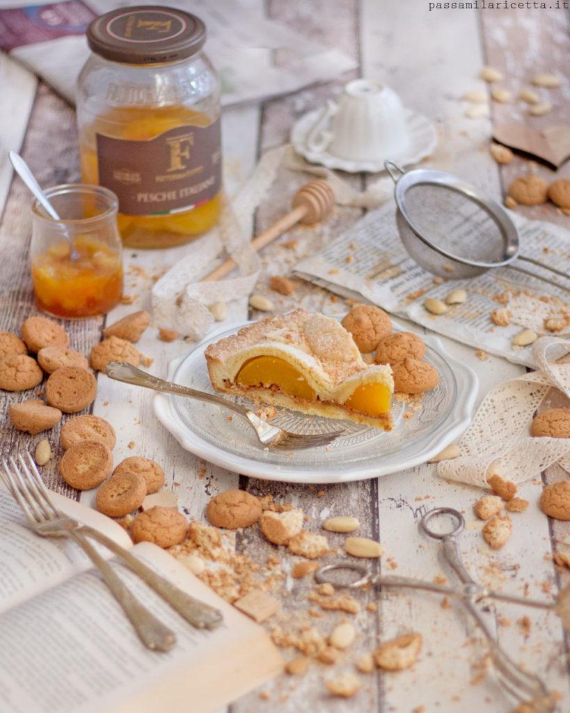 crostata con pesche sciroppate e amaretti